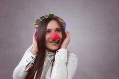 Glimlachende vrouw met rode neus Stock Foto