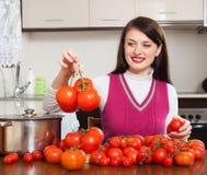 Glimlachende vrouw met rode tomaten Royalty-vrije Stock Afbeeldingen