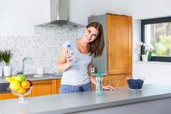Glimlachende vrouw met stil en fonkelend mineraalwater Royalty-vrije Stock Afbeeldingen