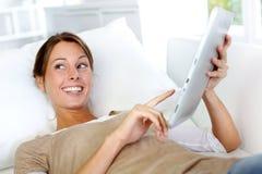 Glimlachende vrouw met tablet Royalty-vrije Stock Fotografie