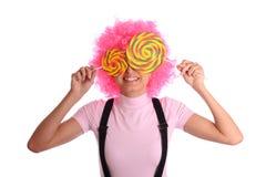 Glimlachende vrouw met twee lollys Royalty-vrije Stock Afbeelding