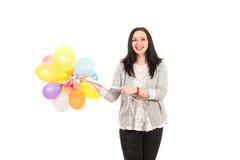 Glimlachende vrouw met vele ballons stock foto's