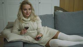 Glimlachende vrouw met wijn en ver stock videobeelden