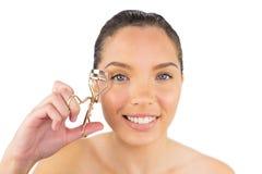 Glimlachende vrouw met wimperkrulspeld Royalty-vrije Stock Foto