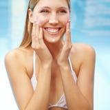 Glimlachende vrouw met zonnescherm op gezicht Stock Foto's