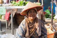 Glimlachende vrouw in natte markt dichtbij Borobudur-tempel, Java, Indonesië Royalty-vrije Stock Afbeelding