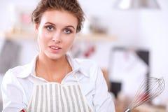 Glimlachende vrouw online het winkelen gebruikende computer en creditcard in keuken Glimlachende Vrouw Royalty-vrije Stock Afbeeldingen