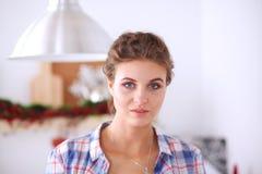 Glimlachende vrouw online het winkelen gebruikende computer en creditcard in keuken Glimlachende Vrouw Royalty-vrije Stock Afbeelding