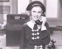 Glimlachende vrouw op de telefoon Stock Foto's