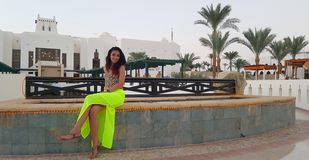 Glimlachende vrouw op de zomervakantie in Egypte stock foto