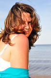 Glimlachende vrouw op het strand Royalty-vrije Stock Foto's