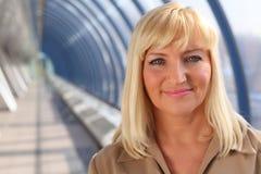Glimlachende vrouw op middelbare leeftijd Royalty-vrije Stock Foto's
