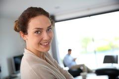 Glimlachende vrouw op middelbare leeftijd in woonkamer royalty-vrije stock fotografie