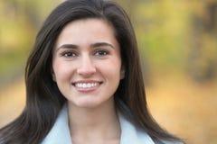 Glimlachende vrouw in openlucht stock fotografie