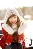Glimlachende vrouw in openlucht in de winter Stock Foto
