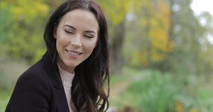 Glimlachende vrouw in park stock videobeelden