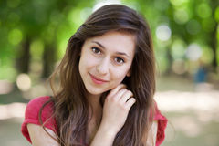 Glimlachende vrouw in park Royalty-vrije Stock Foto