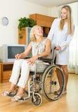 Glimlachende vrouw in rolstoel Stock Foto