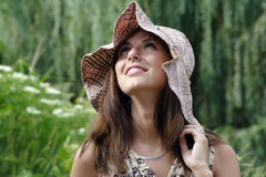 Glimlachende vrouw in uitstekende hoed stock afbeelding