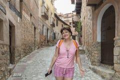 Glimlachende vrouw voor een portret op haar vakantie in AlbarracÃn, Ter royalty-vrije stock foto's