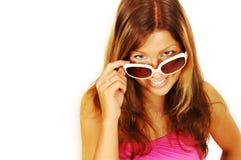 Glimlachende vrouw in zonnebril royalty-vrije stock afbeeldingen