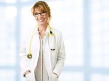 Glimlachende vrouwelijke arts Stock Afbeelding