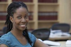 Glimlachende Vrouwelijke Beambte in Bureau Royalty-vrije Stock Afbeelding