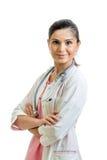 Glimlachende vrouwelijke die arts op witte achtergrond wordt geïsoleerd Royalty-vrije Stock Fotografie