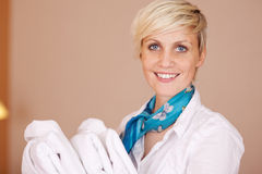 Glimlachende Vrouwelijke Huishoudster met Badjassen Stock Afbeeldingen