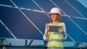 Glimlachende vrouwelijke ingenieursarchitect met een tablet Alternatief, groen energieconcept stock video