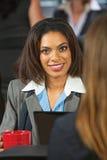 Glimlachende vrouwelijke stafmedewerker royalty-vrije stock foto