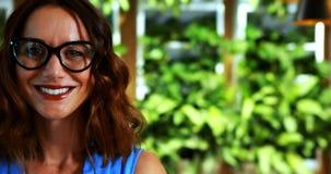 Glimlachende vrouwelijke stafmedewerker in bureau stock footage
