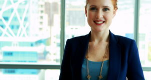 Glimlachende vrouwelijke stafmedewerker in bureau stock video