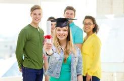 Glimlachende vrouwelijke student met diploma en hoek-GLB royalty-vrije stock afbeelding