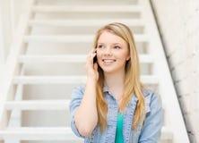 Glimlachende vrouwelijke student met smartphone royalty-vrije stock afbeelding