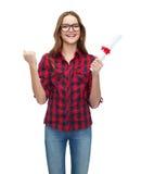 Glimlachende vrouwelijke student in oogglazen met diploma stock afbeeldingen