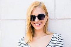 Glimlachende vrouwelijke tiener in zonnebril Royalty-vrije Stock Foto's