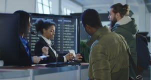 Glimlachende vrouwelijke veiligheidsagent bij een luchthaven stock video