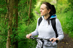 Glimlachende vrouwen berijdende fiets Stock Fotografie