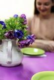Glimlachende vrouwen bij de lilac lijst Royalty-vrije Stock Afbeeldingen