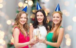 Glimlachende vrouwen die glazen mousserende wijn houden Stock Foto's