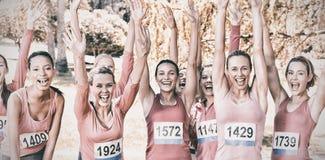 Glimlachende vrouwen die voor de voorlichting van borstkanker lopen stock foto