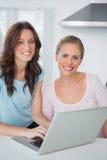Glimlachende vrouwen met laptop Royalty-vrije Stock Afbeelding