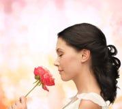 Glimlachende vrouwen ruikende bloem royalty-vrije stock foto's