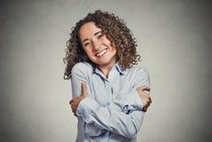 Glimlachende vrouwenholding die koesteren royalty-vrije stock foto's