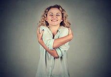 Glimlachende vrouwenholding die koesteren Liefde zelf concept royalty-vrije stock afbeelding