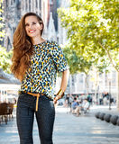 Glimlachende vrouwentoerist dichtbij Sagrada Familia die het lopen reis hebben Stock Fotografie