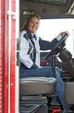 Glimlachende vrouwenvrachtwagenchauffeur Stock Fotografie