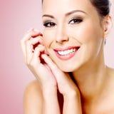 Glimlachende witte vrouw met gezonde huid van gezicht Stock Fotografie