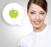 Glimlachende witte vrouw met groene appel royalty-vrije stock afbeelding